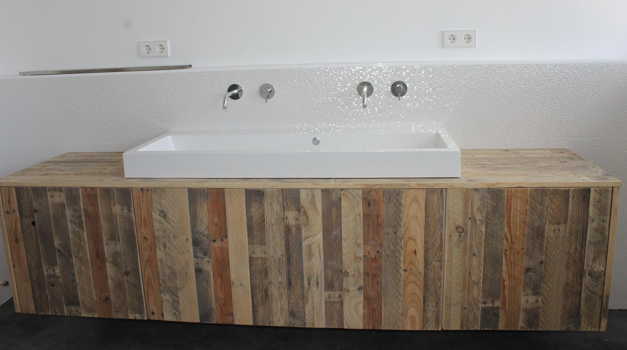 Timmerwerk badkamers houten badmeubels spiegellijsten en