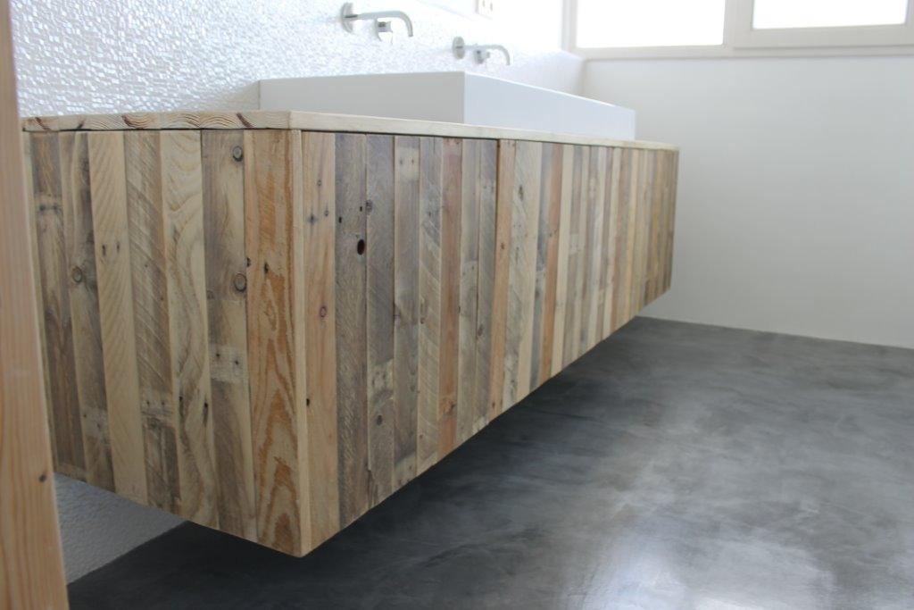 23 . Timmerwerk badkamers, Houten badmeubels, spiegellijsten en ...