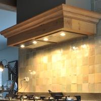 Timmerwerk keukens houten keukeninrichtingen ombouw keukenkastjes afzuiging montage keuken - Houten timmerwerk ...