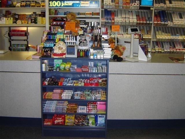 Winkelinrichting van hout, Houten winkelschappen, kassa displays van ...